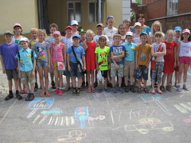 Липецкие журналисты позвали детей рисовать рисунки на асфальте