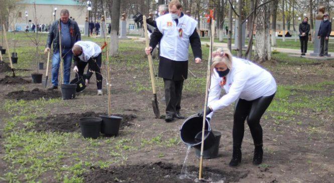 И журналисты сажают «Сад памяти»